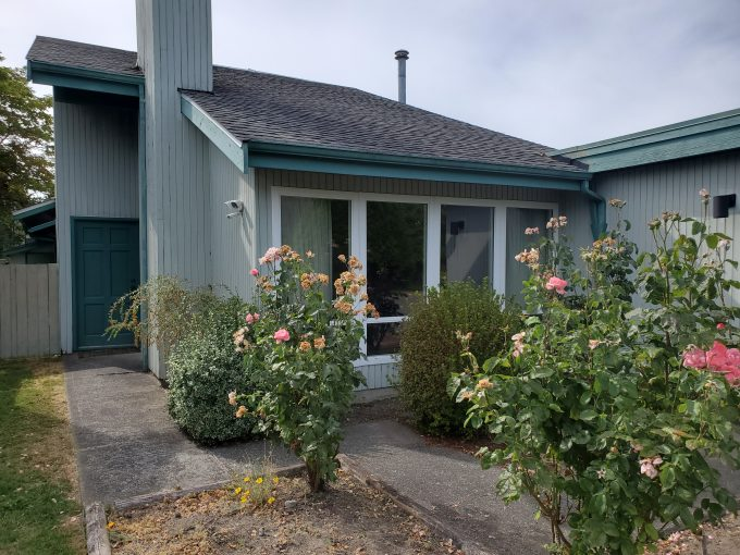 [GONE] Richmond West Stevenson – Charming West Coast Style Home – Ceiling Lights and Real Wood Fireplace – 3 Bed – 1.5 Baths – 1560 sq ft